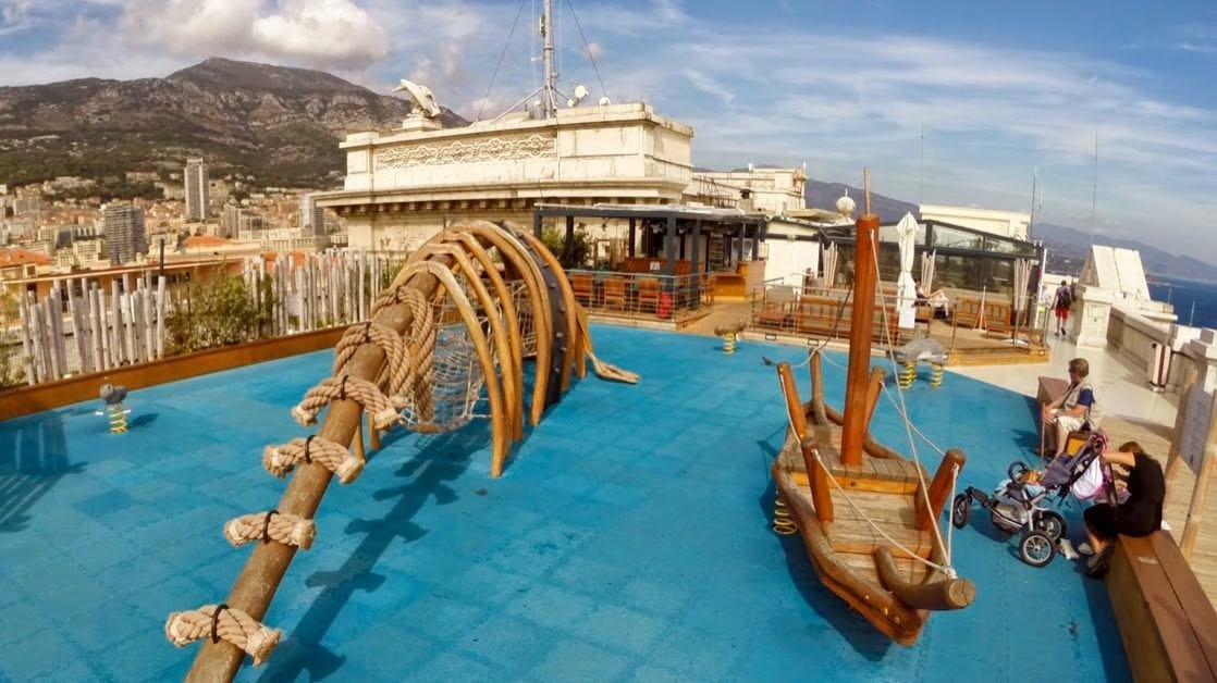 Taras i plac zabaw na dachu oceanarium w Monako