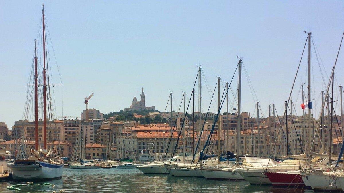 Marsylia, widok na Stary Port i bazylikę Notre Dame de la Garde
