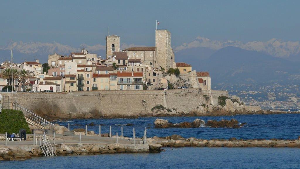 Stare Miasto w Antibes. W tle Alpy Nadmorskie i Nicea.