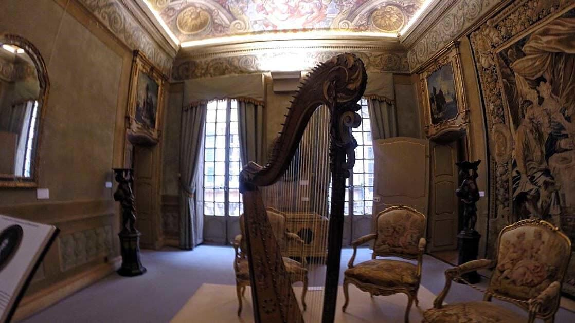 Jedno z bogato zdobionych pomieszczeń w pałacu