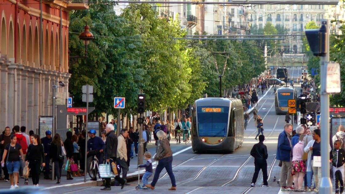 Ulica handlowa w Nicei (Avenue Jean Médecin), widok z Placu Massena (Place Masséna)
