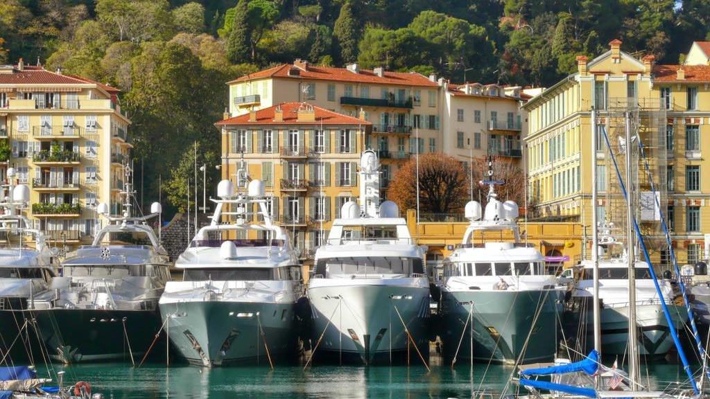 Luksusowe jachty w nicejskim porcie