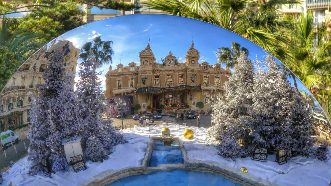 Kasyno w Monaco Monte Carlo w odbiciu lustrzanym