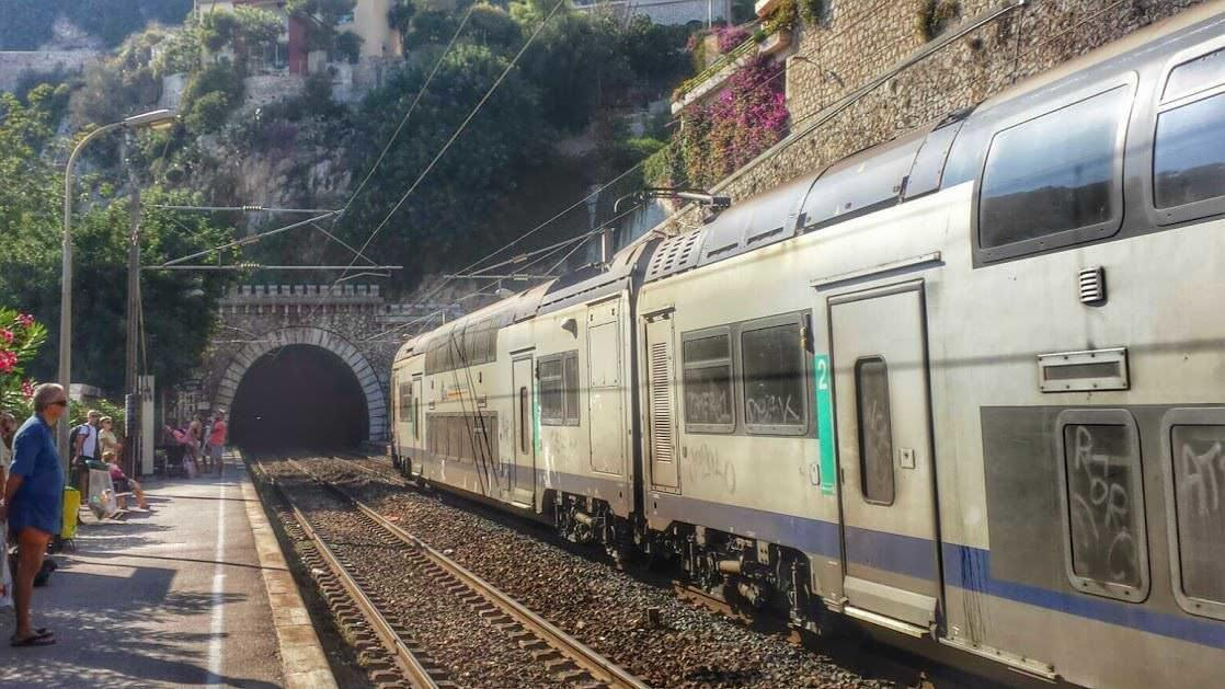Pociąg oczekujący na odjazd ze stacji w Villefranche-sur-Mer