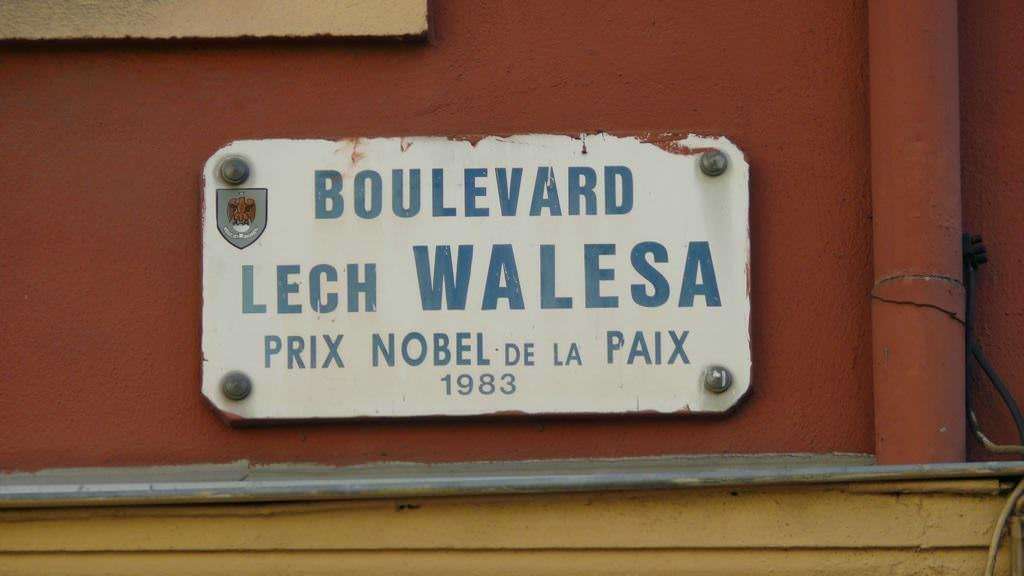 Bulwar Lecha Wałęsy w Nicei znajduje się tuż przy Starym Porcie