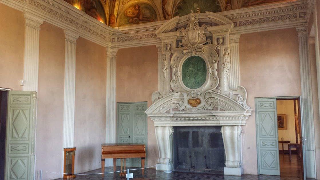 Komnata z okazałym kominkiem w zamku Grimaldi, Cagnes-sur-Mer