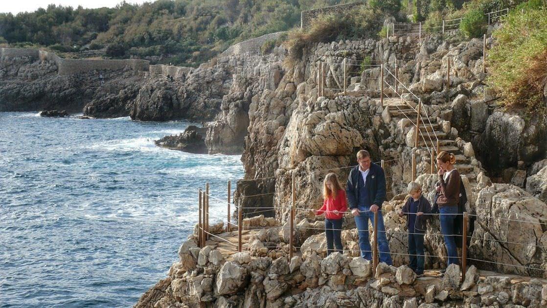 Wąska ścieżka brzegiem półwyspu Cap d'Antibes