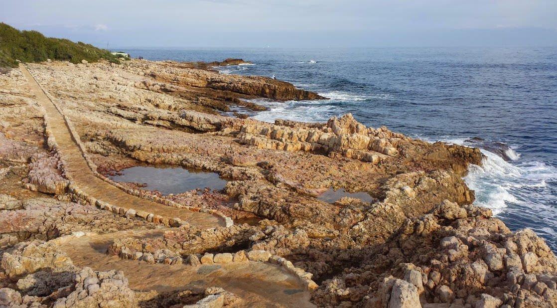 Widok na wybrzeże tuż przy willi Romana Abramowicza na Lazurowym Wybrzeżu