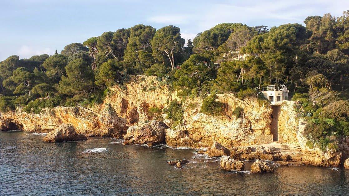 Skaliste wybrzeże półwyspu Cap d'Antibes to ciekawa atrakcja Lazurowego Wybrzeża