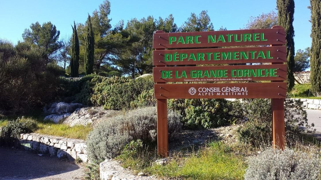 Tablica przy wejściu na teren parku krajobrazowego la Grande Corniche