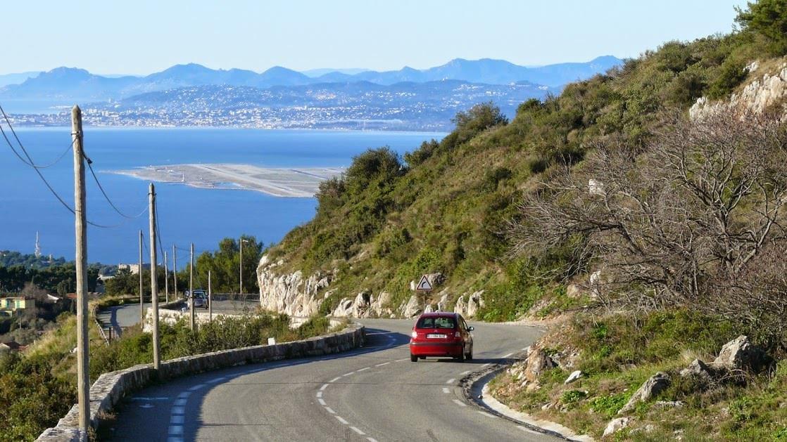 La Grande Corniche z widokiem na lotnisko w Nicei, w tle widać także Antibes