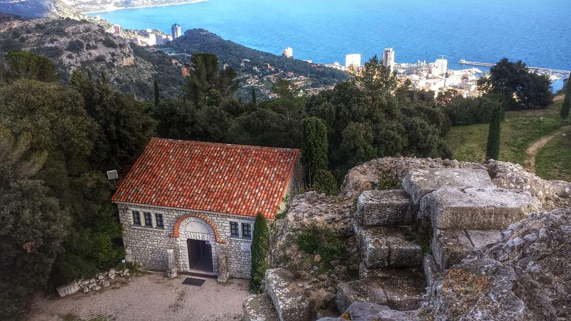 Budynek muzeum widoczny z Trofeum. Daleko w dole widać fragment Monaco.