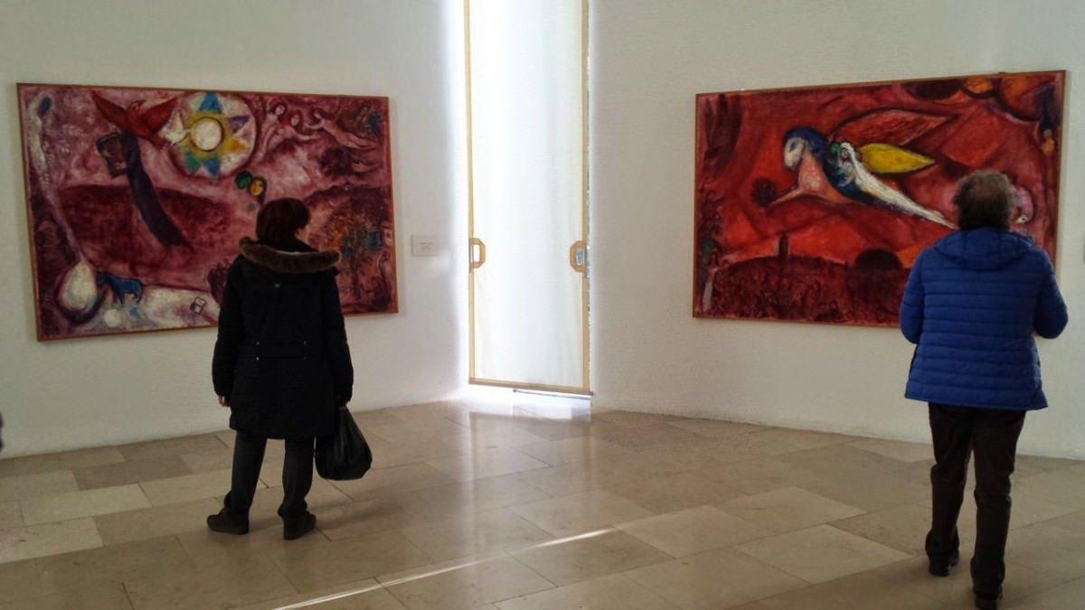 Fragment ekspozycji nawiązującej do księgi Pieśni nad Pieśniami, muzeum Chagalla, Nicea