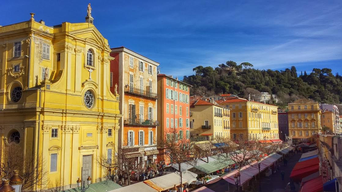 Cours Saleya. Pierwszy budynek z lewej to kaplica Miłosierdzia (Chapelle de la Miséricorde), a pierwszy z prawej to Żółty Dom.