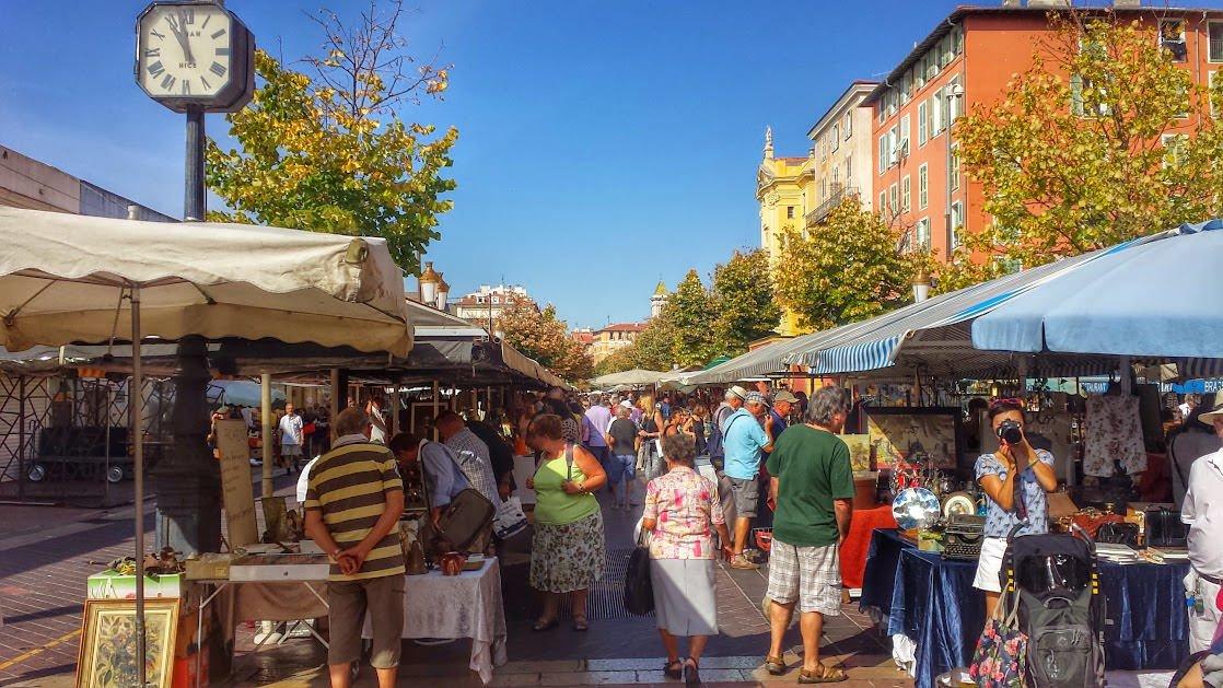 Pchli targ na Cours Saleya w Nicei