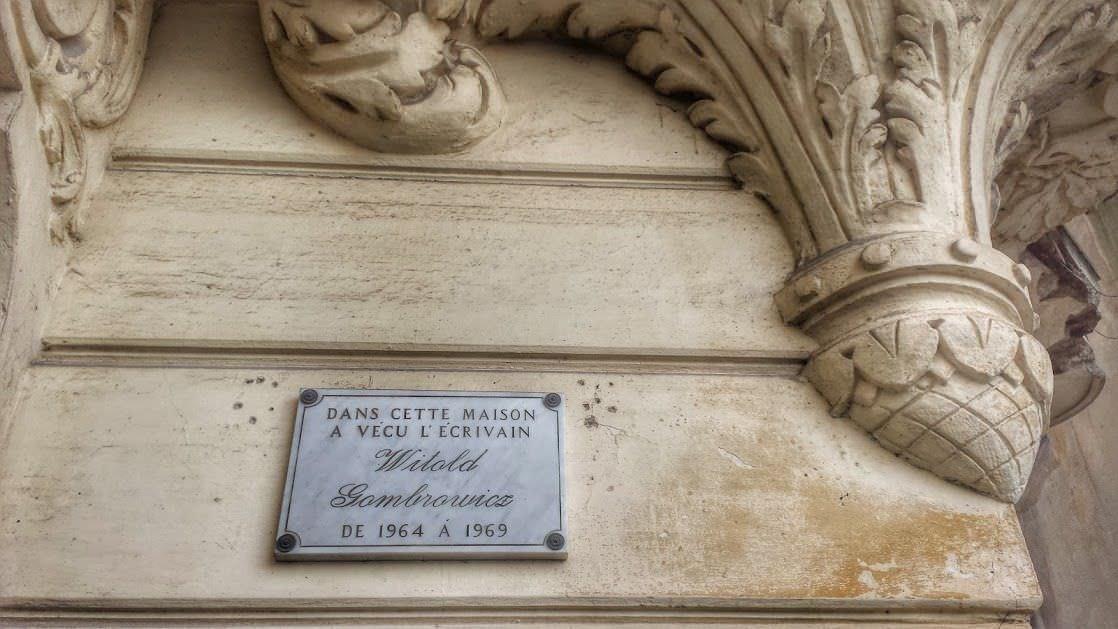 Tablica pamiątkowa na Villi Alexandrine, w której mieszkał Gombrowicz