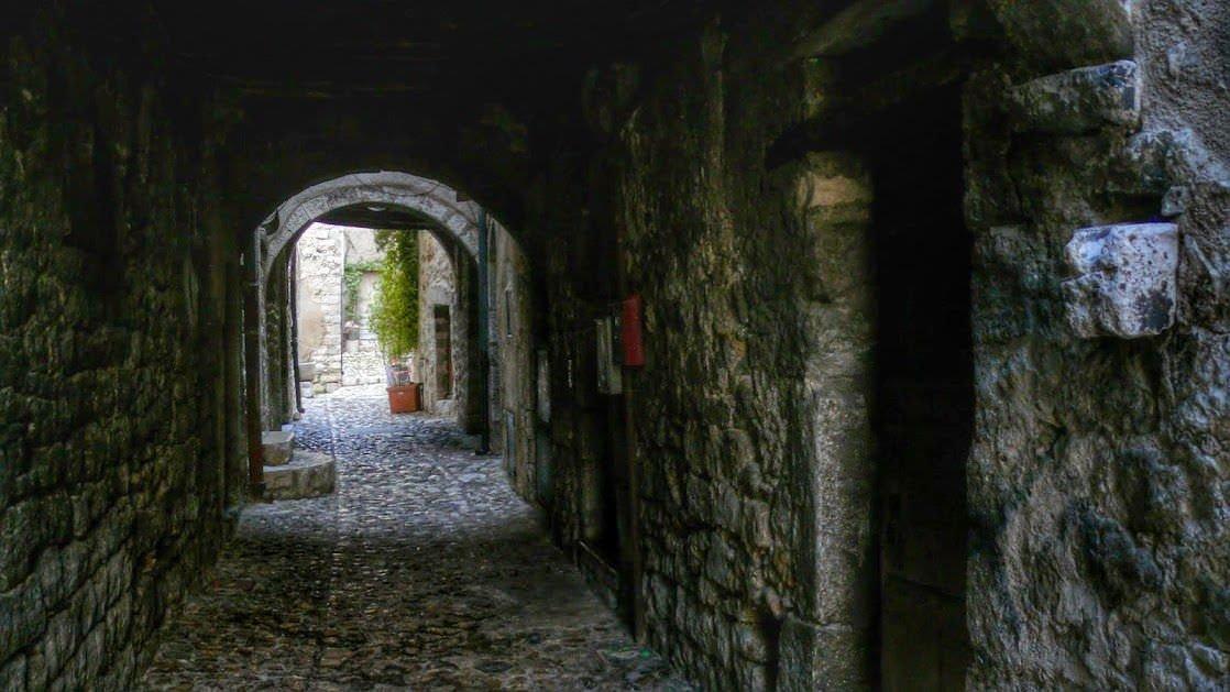 Rue des Portiques w Vence, dawna droga rzymska prowadząca do Cimiez, dzisiejszej dzielnicy Nicei