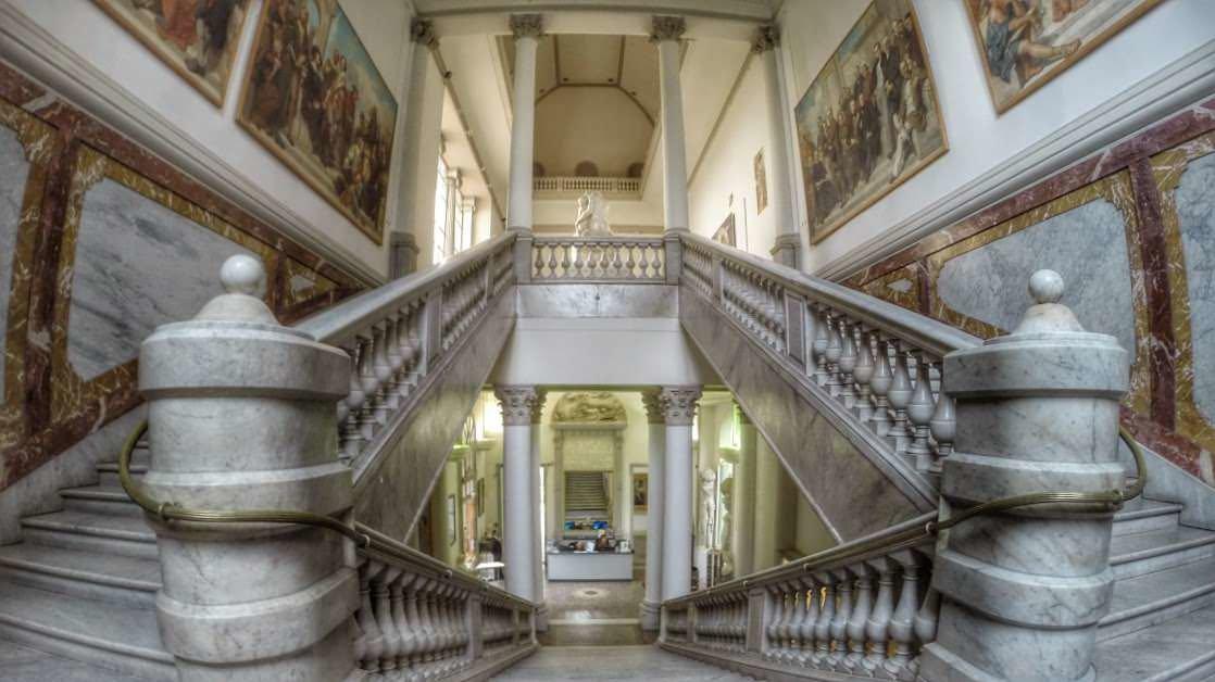 Okazała klatka schodowa w Muzeum Sztuk Pięknych w Nicei
