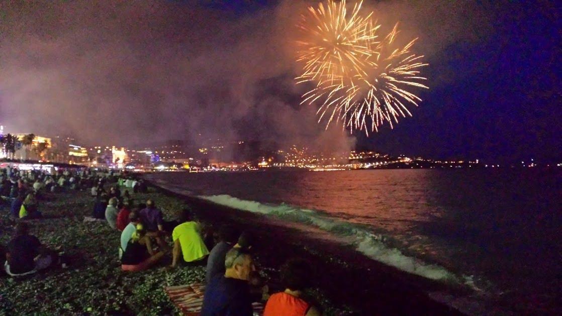 Sztuczne ognie w Nicei podczas letniej imprezy
