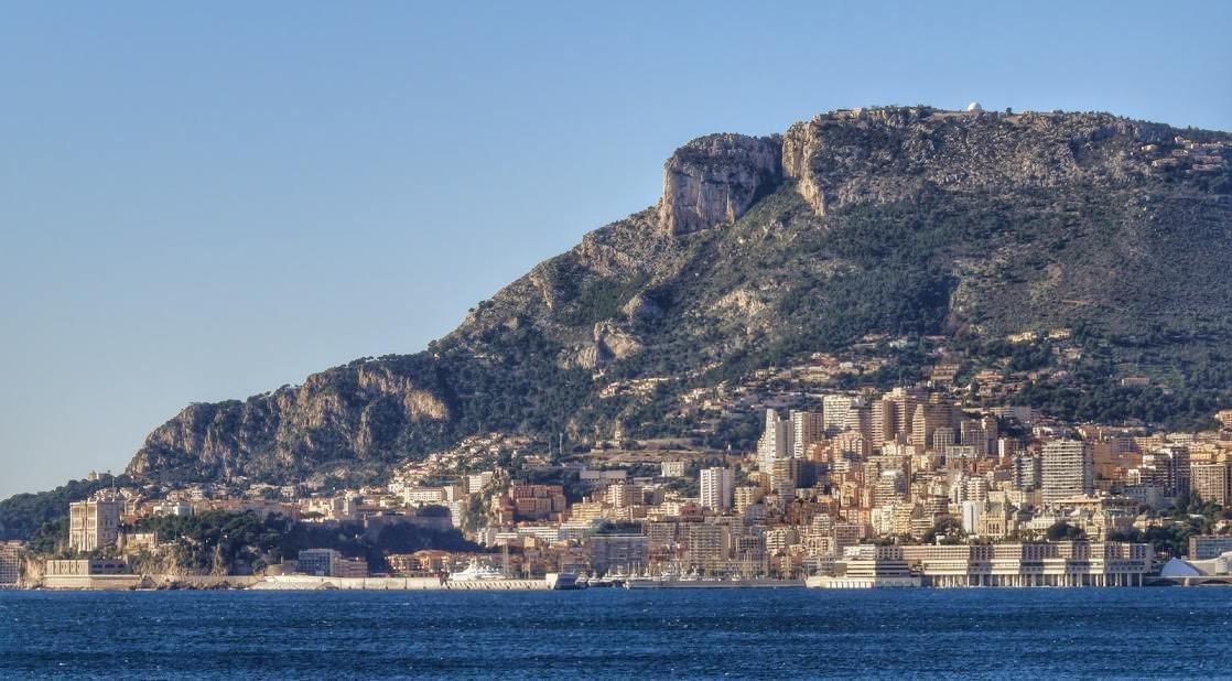 Panorama Monaco z widoczną Głową Psa nad Księstwem