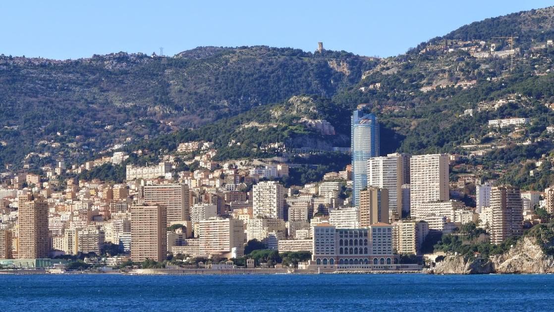 Panorama Monte Carlo z Cap Martin. Na górze widać Trofeum Alpejskie w La Turbie, a na szczycie niebieskiego wieżowca (w budowie) będzie najdroższy apartament świata.