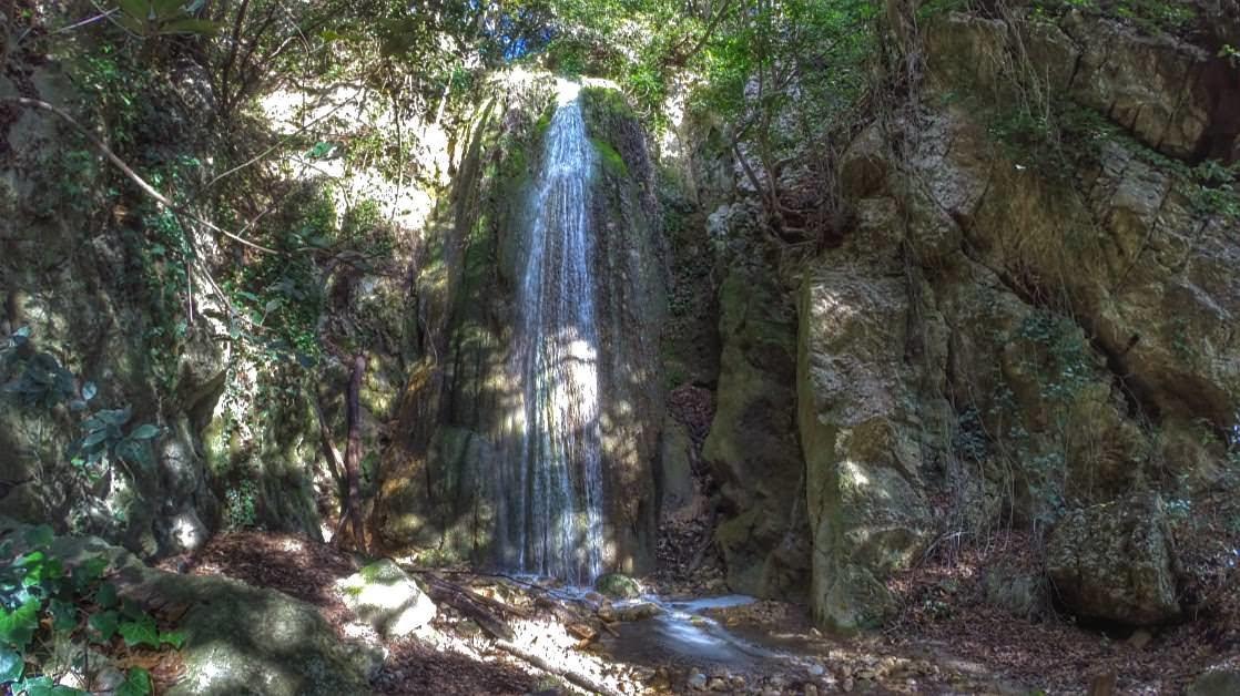 Niewielki wodospad ukryty między skałami w pobliżu ścieżki Nietzschego