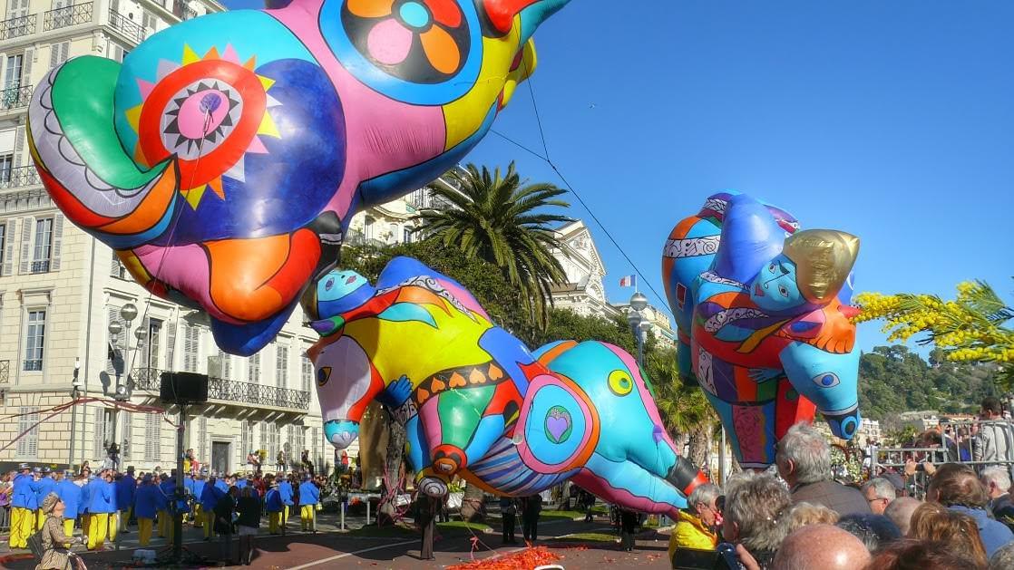 Parada podczas Bitwy Kwiatowej w ramach Karnawału w Nicei