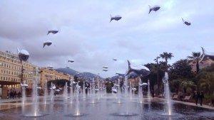 Fontanna Miroir d'eau (Lustro Wody) tuż przy Placu Massena, ozdobiona okazjonalnie balonami w kształcie rybek