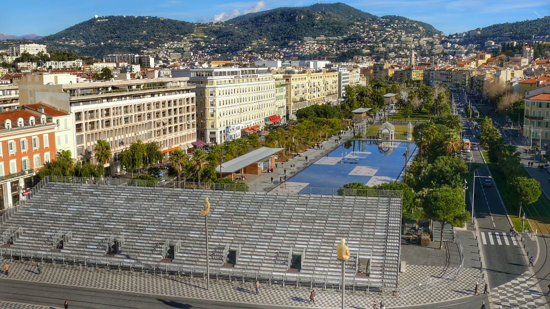 Promenada Paillon z góry. Trybuny na Placu Massena postawiono z okazji karnawału w Nicei