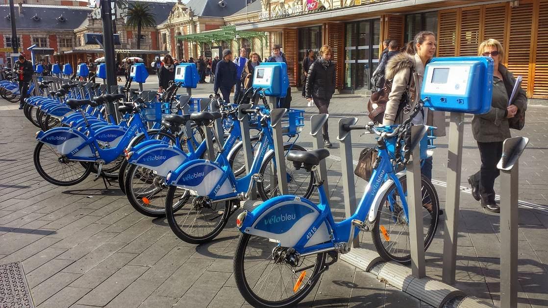 Wypożyczalnia rowerów w Nicei tuż przed dworcem kolejowym