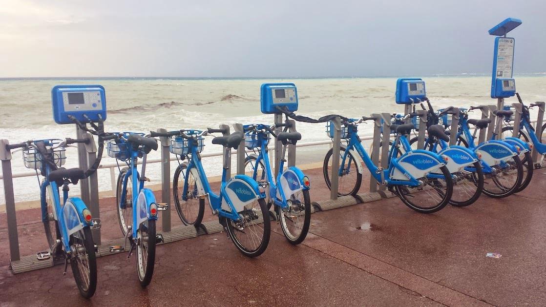 Jedna ze stacji wypożyczeń rowerów na Promenadzie Anglików w Nicei. W tle pogoda sztormowa ;-).