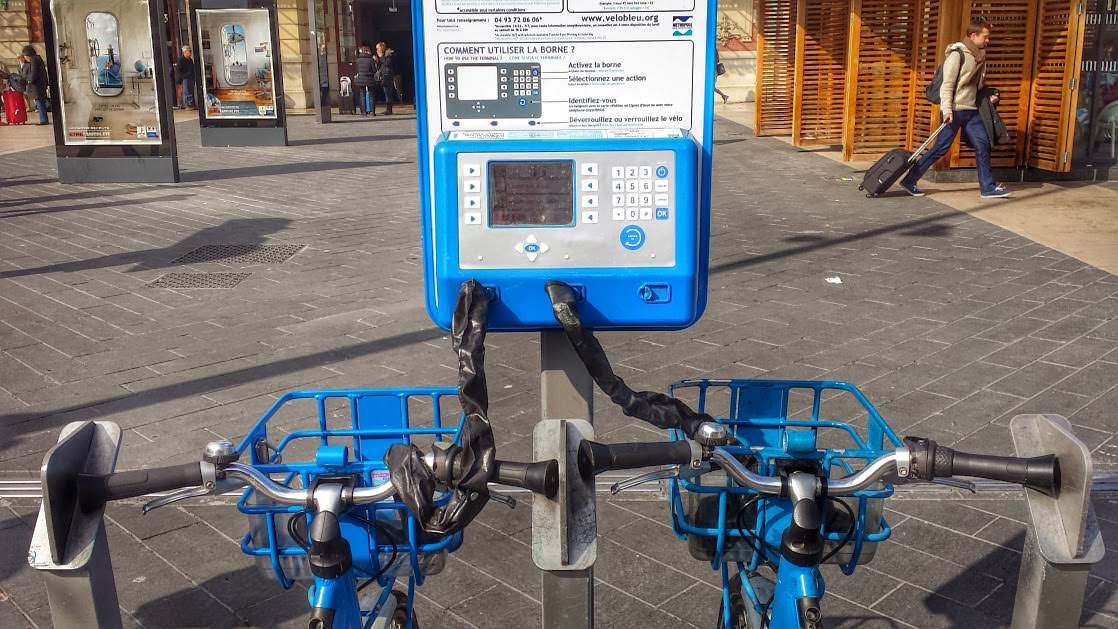 Stacje składają się z wielu stanowisk, do których można przyczepić po 3 rowery