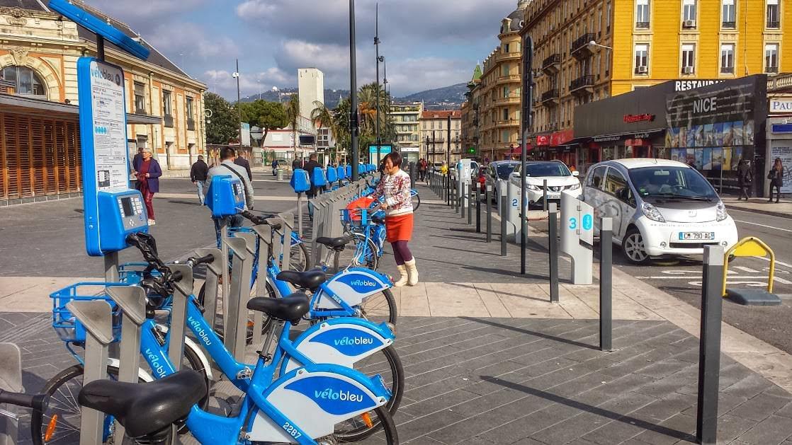 Rowery w Nicei, wypożyczalnia przy dworcu głównym. Po prawej widać także wypożyczalnię samochodów elektrycznych.