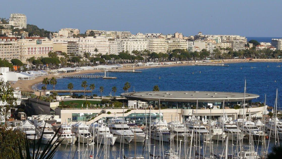 Widok na promenadę (bulwar) la Croisette w Cannes ze Starego Miasta