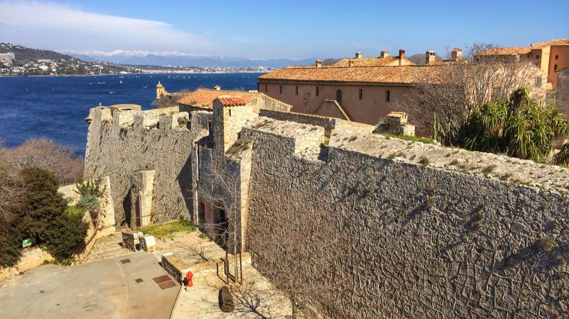 Fort Royal, w którym przetrzymywano Człowieka w Żelaznej Masce. W oddali widać Alpy Nadmorskie.