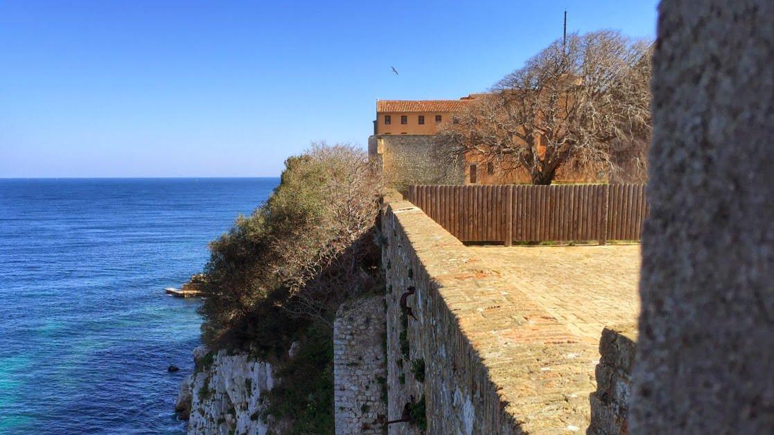 Fort Royal zbudowano na wysokim klifie na Wyspie Świętej Małgorzaty należącej do Cannes