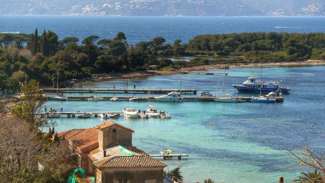 Fragment Wyspy Świętej Małgorzaty widoczny z Fortu Royal. Przypływający właśnie statek to prom pasażerski z Cannes.