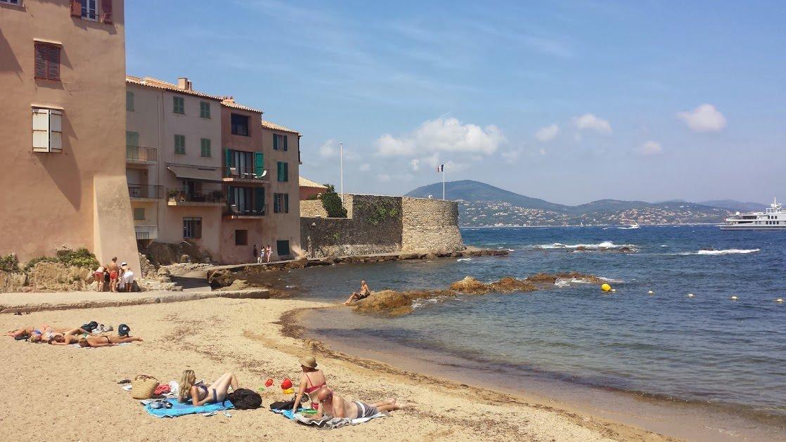 Niewielka plaża pośród kamienic Starego Miasta w Saint-Tropez