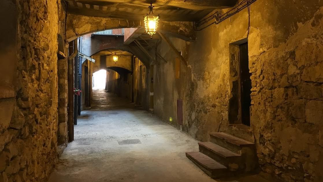 Uliczka pod starym miastem w Villefranche-sur-Mer
