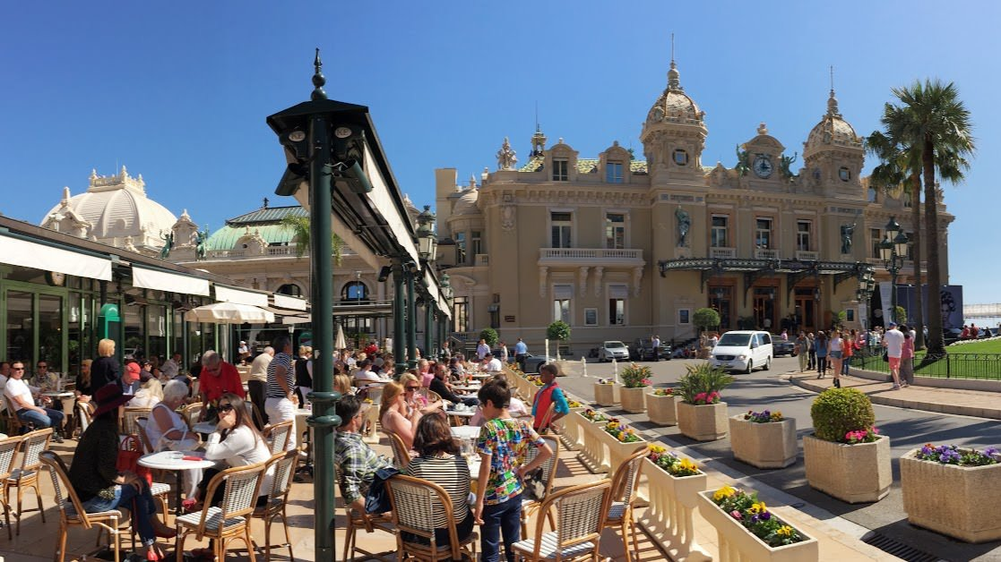 Turyści odpoczywający w Cafe de Paris tuż obok kasyna w Monte Carlo
