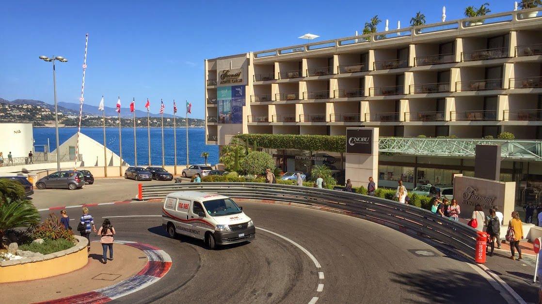 Fragment toru wyścigowego Formuły 1 obok hotelu Fairmont Monte Carlo