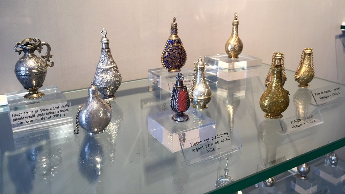 Zabytkowe malutkie flakoniki, w których arystokraci przechowywali swoje perfumy. Można je zobaczyć w muzeum Fragonard w Grasse.