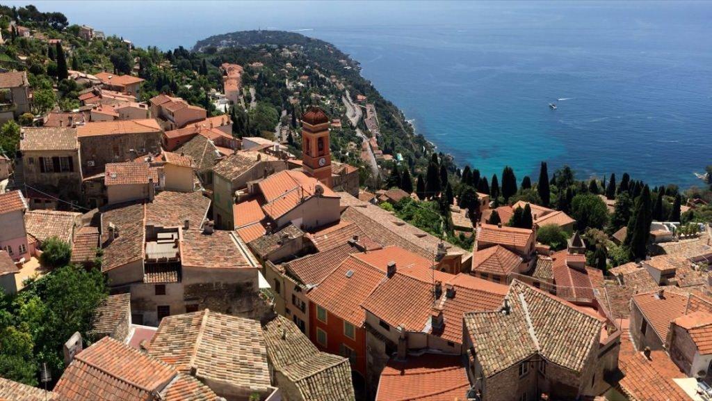 Widok na Stare Miasto Roquebrune-Cap-Martin z twierdzy Grimaldi oraz na półwysep Cap-Martin