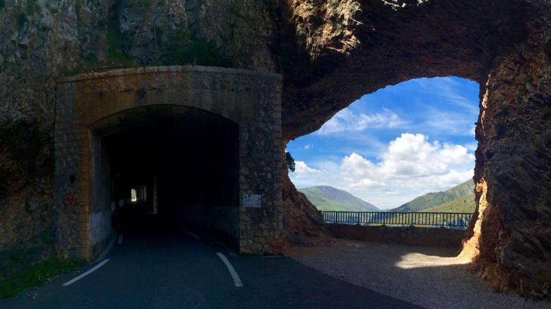 Jeden z tuneli na trasie dookoła kanionu Verdon