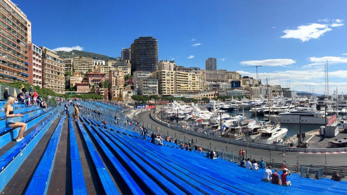 Trybuny w porcie w Monako Monte Carlo przed jazdami próbnymi Formuły 1