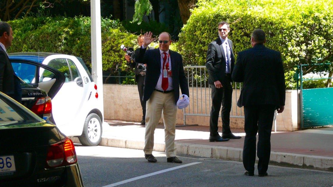 Książę Albert w drodze na trybuny Formuły 1 w Monako Monte Carlo