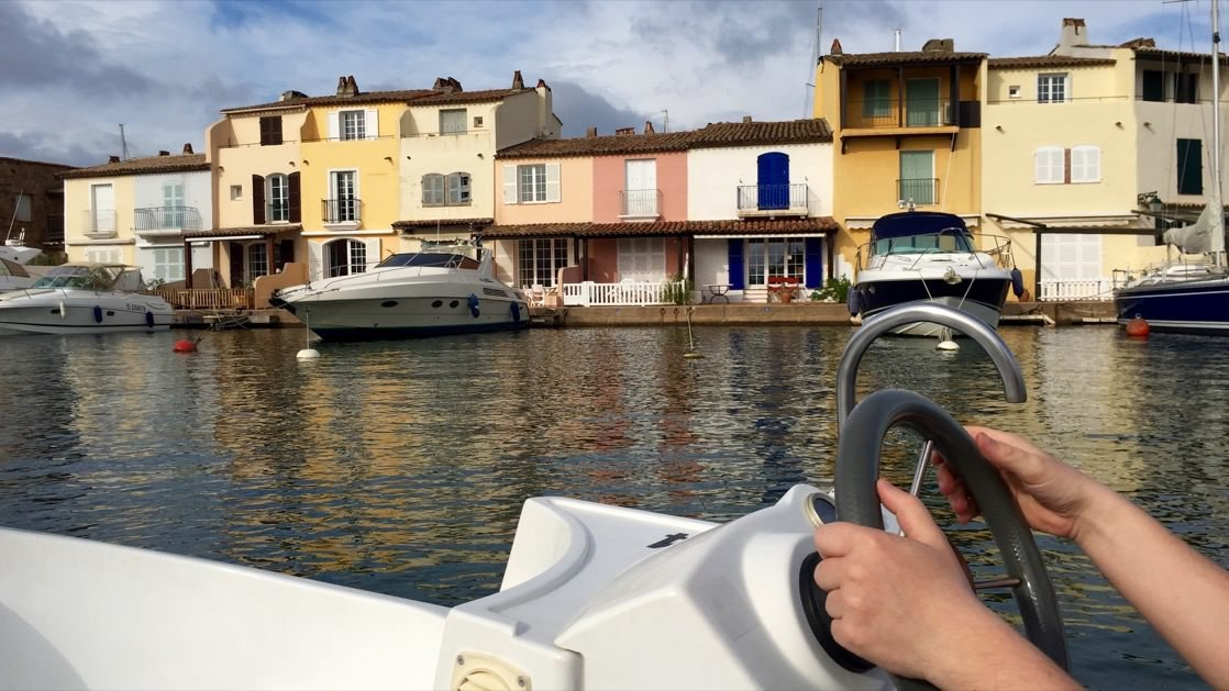 Port Grimaud można opłynąć elektryczną motorówką