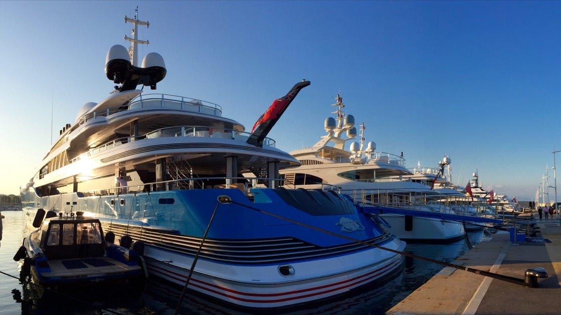 Bulwar Miliarderów w Antibes o zachodzie słońca