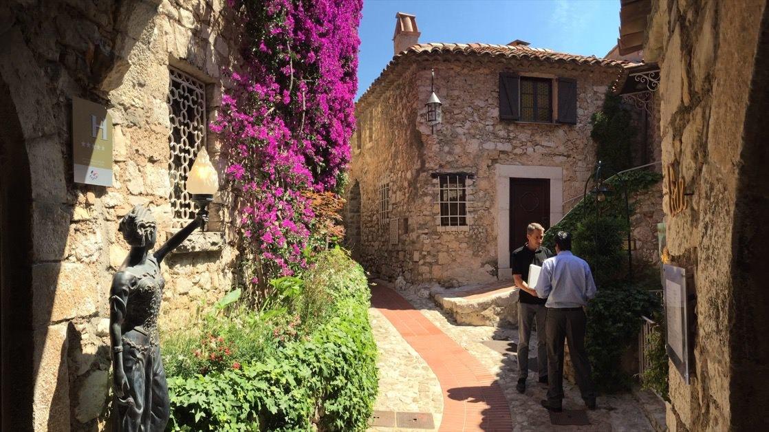 Jedna z wąskich uliczek starego Eze, średniowiecznego miasteczka zbudowanego na skale