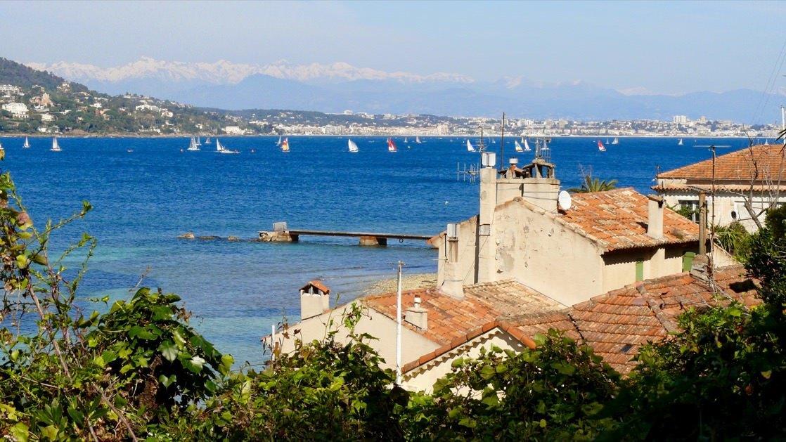 Widok z Wyspy św. Małgorzaty w stronę Cannes i Antibes. W oddali widać ośnieżone szczyty Alp.